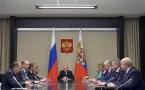 Russian President Vladimir Putin (C)