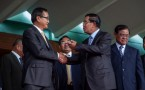 Cambodian Prime Minister Hun Sen (R) meets opposition leader Sam Rainsy on July. 22, 2014.